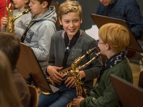 Foto af tre saxofoner