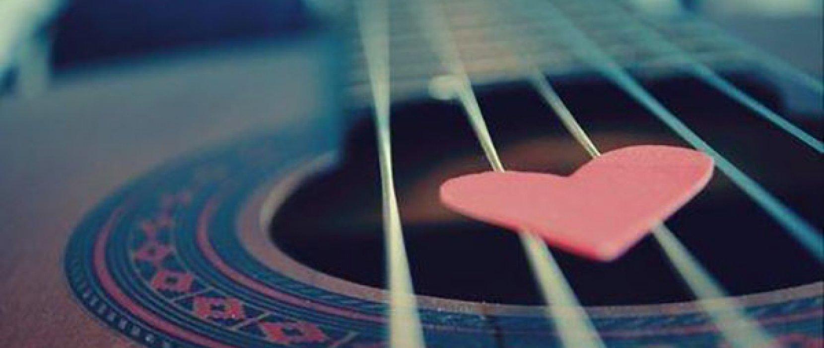 Guitar med hjerteformet plekter
